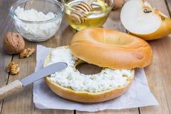 Vers ongezuurd broodje met kwark voor ontbijt Stock Afbeelding