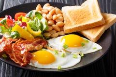 Vers ontbijt: gebraden eieren met bacon, bonen, toost en vegetab Royalty-vrije Stock Foto's