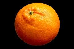 Vers oranje die fruit op zwarte achtergrond wordt geïsoleerd Stock Foto's