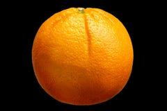 Vers oranje die fruit op zwarte achtergrond wordt geïsoleerd Stock Afbeelding