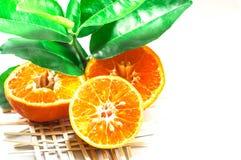 Vers oranje die fruit van witte achtergrond wordt geïsoleerd Gezet op bamboe royalty-vrije stock foto's