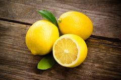 Vers organisch fruit - citroenen op hout stock afbeelding