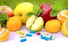 Vers organisch fruit en supplementenvoeding stock foto's