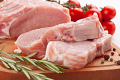 Vers rijvarkensvlees met rozemarijn en kruiden Royalty-vrije Stock Afbeelding
