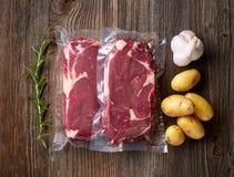 Vers rundvleeslapje vlees voor sous die vide koken stock foto