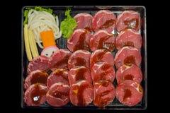 Vers ruw gesneden varkensvlees op zwarte achtergrond, selectieve nadruk stock foto's