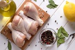 Vers ruw kippenvlees op scherpe raad met kruiden Hoogste mening Stock Foto's
