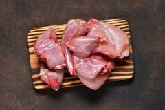 Vers, ruw konijnenvlees op een concrete achtergrond Zonnebloemzaden - zaadfonds stock foto's