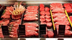 Vers ruw rood vlees in supermarkt stock foto's