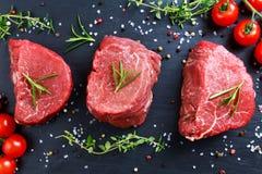 Vers Ruw Rundvleeslapje vlees Mignon, met zout, peperbollen, thyme, tomaten royalty-vrije stock fotografie