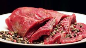 Vers ruw rundvleesvlees met peperbollen klaar aan grill, het roteren stock video