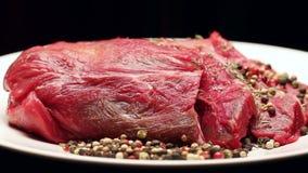 Vers ruw rundvleesvlees met peperbollen klaar aan grill, het roteren stock footage