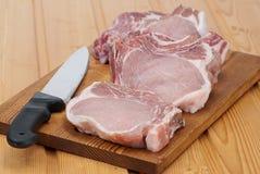 Vers ruw varkensvlees aan boord Royalty-vrije Stock Foto