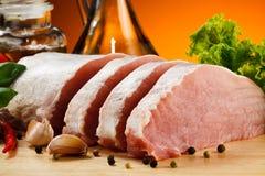 Vers ruw varkensvlees op scherpe raad Stock Foto's