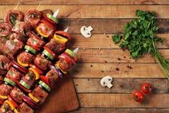 Vers ruw vlees en plantaardige barbecue op vleespennen Royalty-vrije Stock Foto