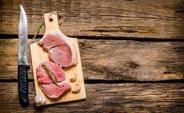Vers ruw vlees op een Raad met een mes Royalty-vrije Stock Fotografie