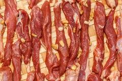 Vers ruw vlees op oude houten lijst Stock Foto