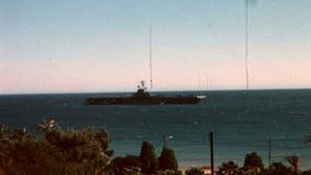 VERS 1965s - un porte-avions américain de marine en mer Méditerranée banque de vidéos