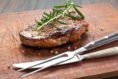 Vers Sappig Middelgroot Zeldzaam Rundvlees Grillsteak Dichte omhooggaand van het barbecuevlees royalty-vrije stock fotografie