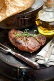 Vers Sappig Middelgroot Zeldzaam Rundvlees Grillsteak Dichte omhooggaand van het barbecuevlees royalty-vrije stock foto