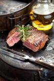 Vers Sappig Middelgroot Zeldzaam Rundvlees Grillsteak Dichte omhooggaand van het barbecuevlees royalty-vrije stock foto's