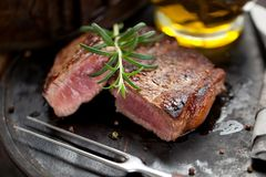 Vers Sappig Middelgroot Zeldzaam Rundvlees Grillsteak Dichte omhooggaand van het barbecuevlees stock foto's
