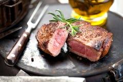 Vers Sappig Middelgroot Zeldzaam Rundvlees Grillsteak Dichte omhooggaand van het barbecuevlees stock afbeeldingen