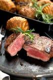 Vers Sappig Middelgroot Zeldzaam Rundvlees Grillsteak Dichte omhooggaand van het barbecuevlees royalty-vrije stock afbeelding
