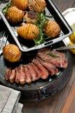 Vers Sappig Middelgroot Zeldzaam Rundvlees Grillsteak Dichte omhooggaand van het barbecuevlees stock fotografie