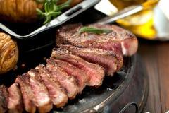 Vers Sappig Middelgroot Zeldzaam Rundvlees Grillsteak Dichte omhooggaand van het barbecuevlees stock afbeelding