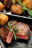 Vers Sappig Middelgroot Zeldzaam Rundvlees Grillsteak Dichte omhooggaand van het barbecuevlees royalty-vrije stock afbeeldingen