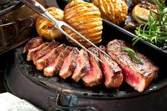 Vers Sappig Middelgroot Zeldzaam Rundvlees Grillsteak Dichte omhooggaand van het barbecuevlees stock foto