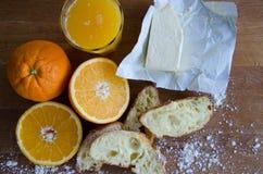 Vers sinaasappelen, sap en gebakje Royalty-vrije Stock Afbeelding