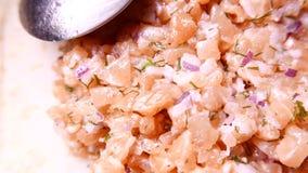 Vers smakelijk die Salmon Fish met ui wordt gesneden 4k UHD stock videobeelden