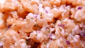 Vers smakelijk die Salmon Fish met ui wordt gesneden 4k UHD stock video