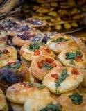 Vers spinazie en tomatenbrood op verkoop Royalty-vrije Stock Afbeeldingen