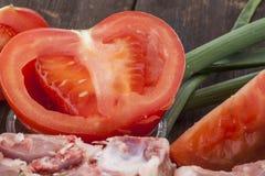 Vers tomaat en vlees op een houten oppervlakte Royalty-vrije Stock Foto