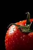 Vers tomatendetail over zwarte stock foto's