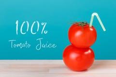 vers tomatesap 100 met een stro Stock Foto's