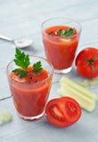 Vers tomatesap met selderie Stock Afbeeldingen