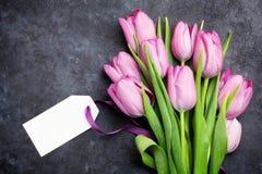 Vers tulpenbloemen en markeringsetiket stock fotografie