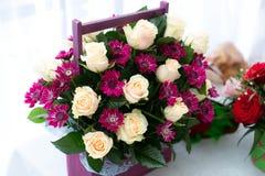 Vers verfraaid boeket van rozen met vakje op lijst royalty-vrije stock foto