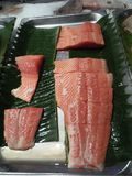 Vers visvlees dat voor verkoop op de markt is gesneden stock fotografie