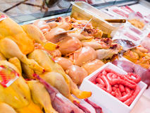 Vers vlees en gevogelte in een winkelvenster royalty-vrije stock afbeelding