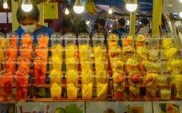Vers vruchtensap bij de straatmarkt royalty-vrije stock foto