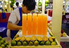 Vers vruchtensap bij de straatmarkt stock afbeeldingen