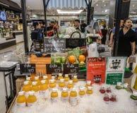 Vers vruchtensap bij supermarkt royalty-vrije stock foto's