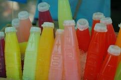 Vers vruchtensap in flessen stock fotografie