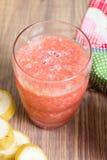 Vers watermeloensap in het glas Selectieve nadruk op het voorglas Stock Afbeeldingen