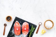 Vers zalmlapje vlees met kruiden, rozemarijn, citroen voor het koken van gezond voedsel op marmeren achtergrond hoogste meningspr royalty-vrije stock foto